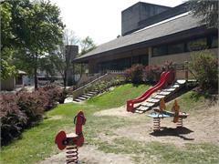 Kinderspielplatz neben der Schule