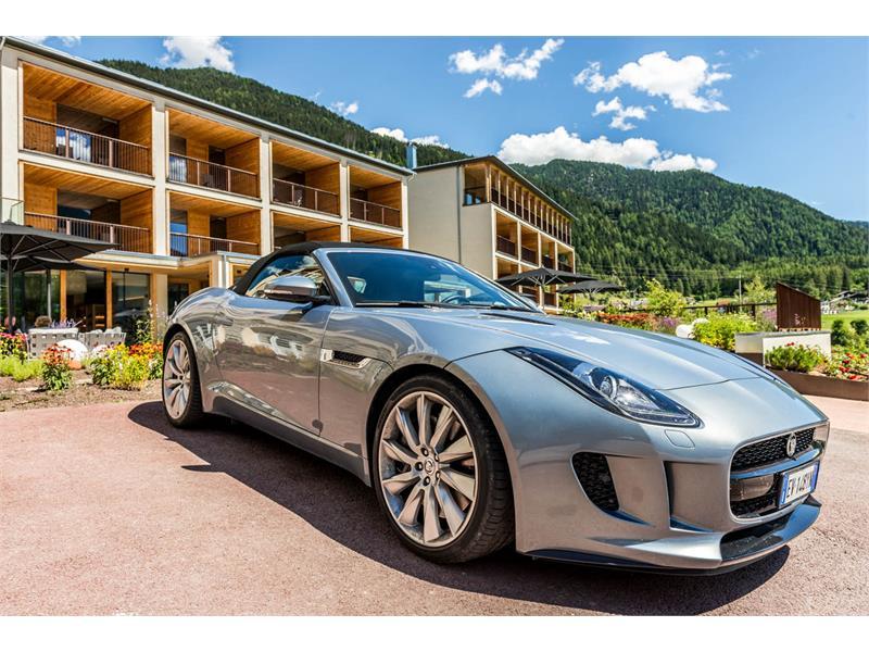 Hotel Val Venosta Villa Waldkönigin Jaguar F-Type Cabrio