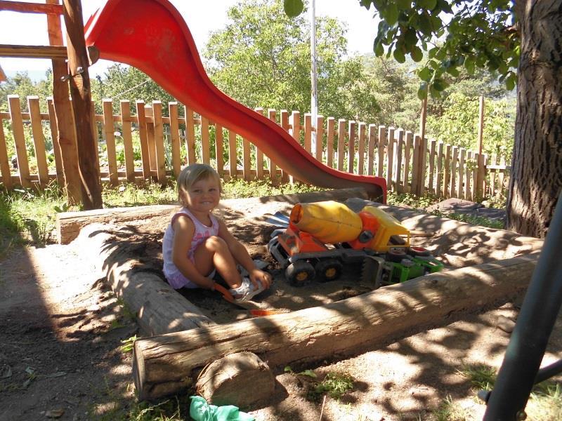 Maria beim Spielen auf dem Spielplatz- Pardellerhof, Völs am Schlern