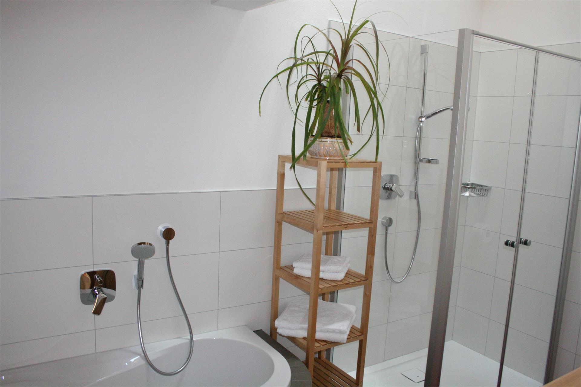 appartamento Paula - bagno grande con doccia e vasca da bagno