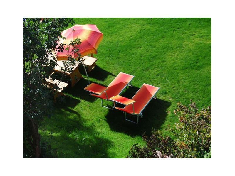 Il nostro prato con sedie a sdraio - Casa Bergfried