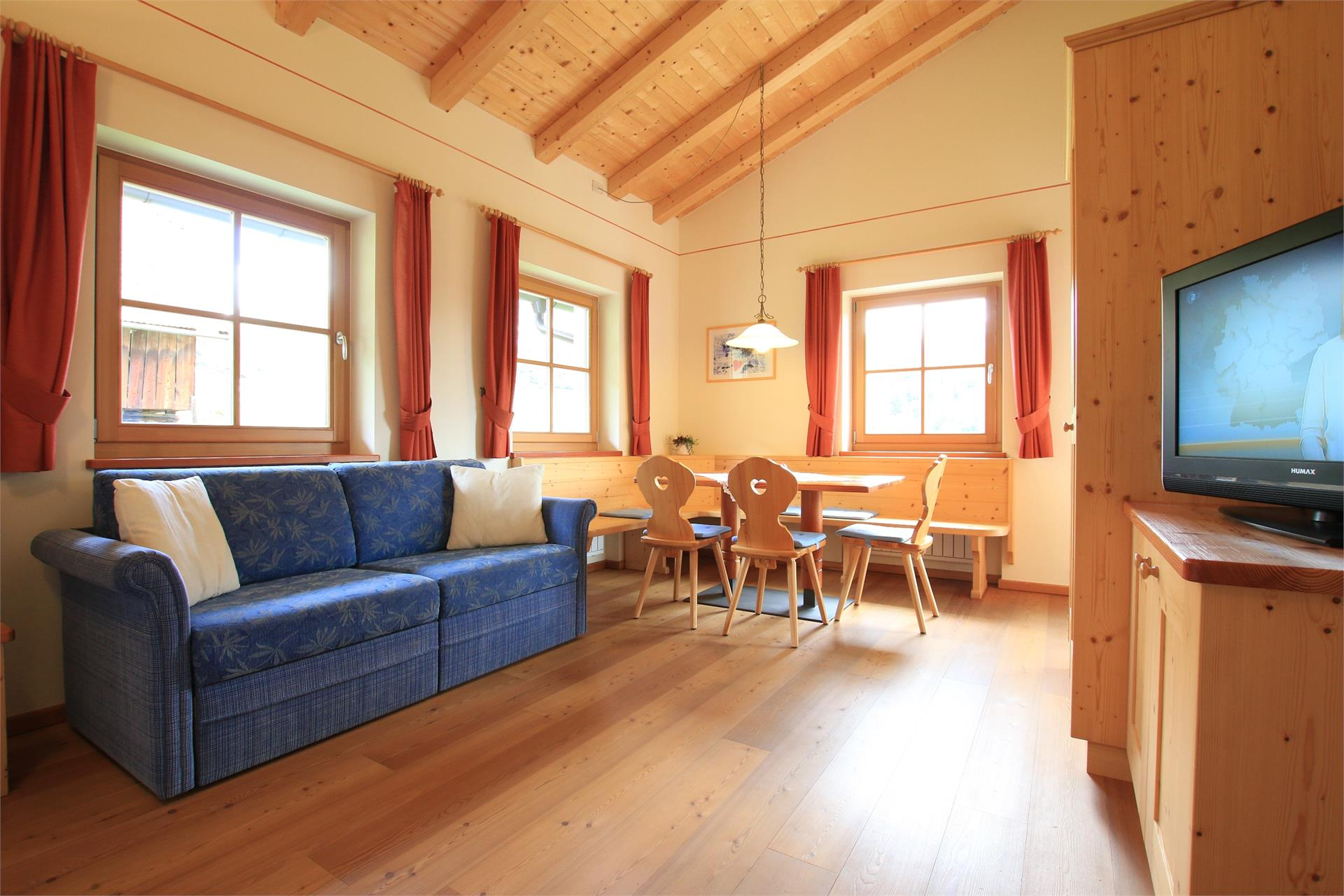 Stilvoll eingerichtetes Wohnzimmer mit TV