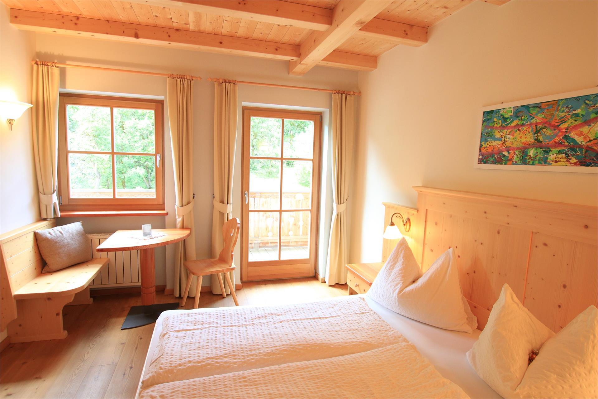 Doppelzimmer mit Massivholzmöbeln und Holzboden
