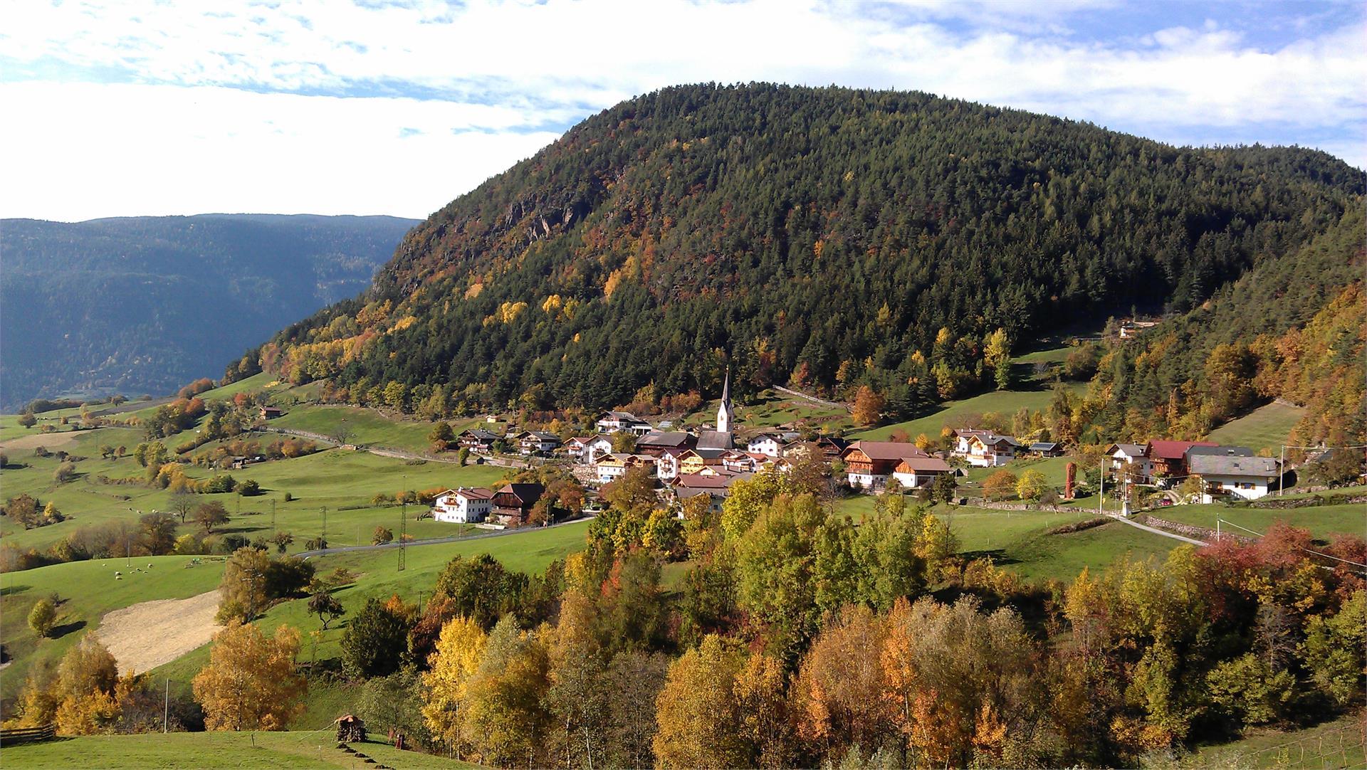 Wunderschöne Herbststimmung in Tisens bei Kastelruth, im Vordergrund links der Paalhof