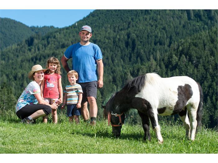 Ihre Gastgeberfamilie: Valentin und Angelika mit Johanna und Silas