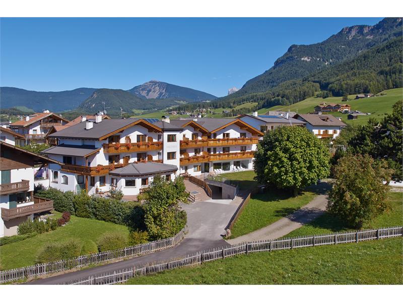 Aparthotel Viktoria Kastelruth Seiser Alm Dolomiten Sommer Außenansicht