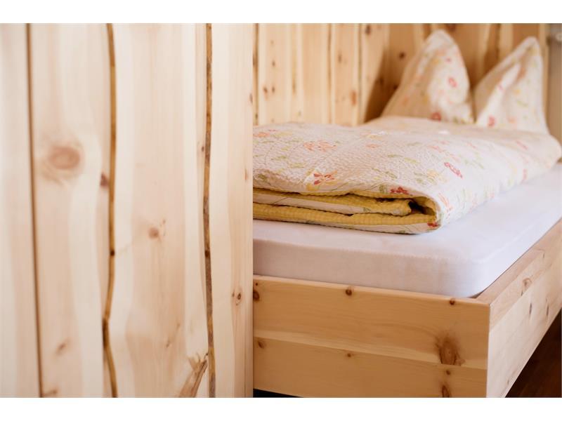 Einzelbett in Zirbenholz
