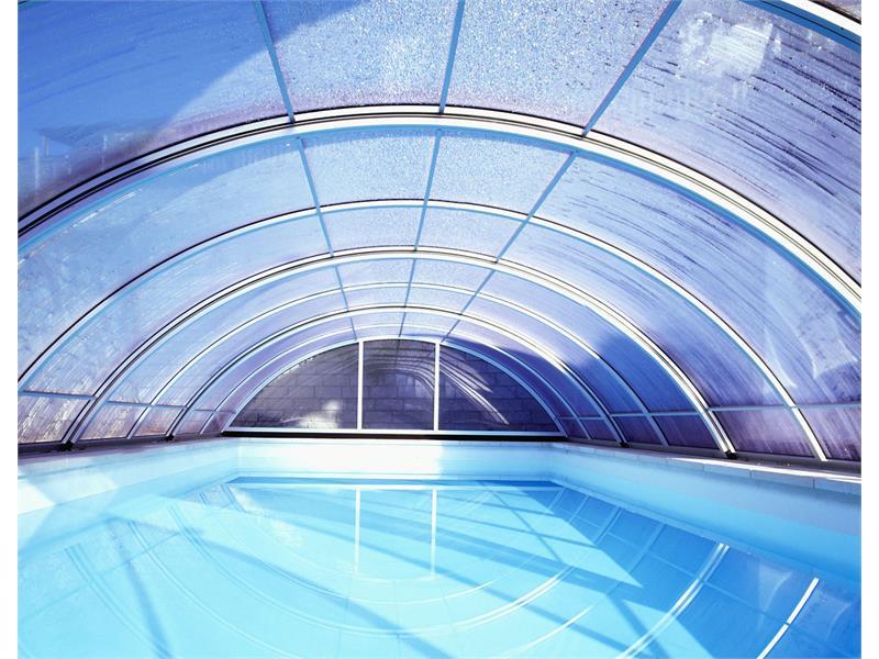 piscina con la cuppola di vetro apribile