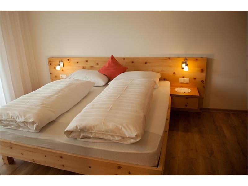 Schlafzimmer in Zirbenholz für einen erholsamen Schlaf
