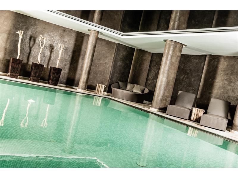 Innenpool mit Farbtherapie, Außenpool & Whirlpool - Josef Mountain Resort