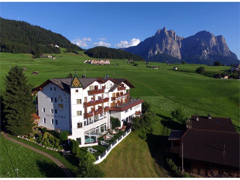 Das Parc Hotel Tyrol inmitten von Wiesen