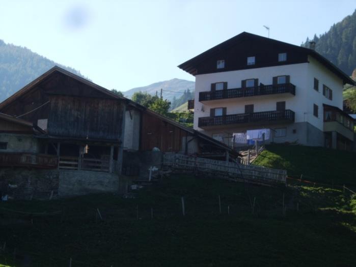 Il caseggiato e la stalla