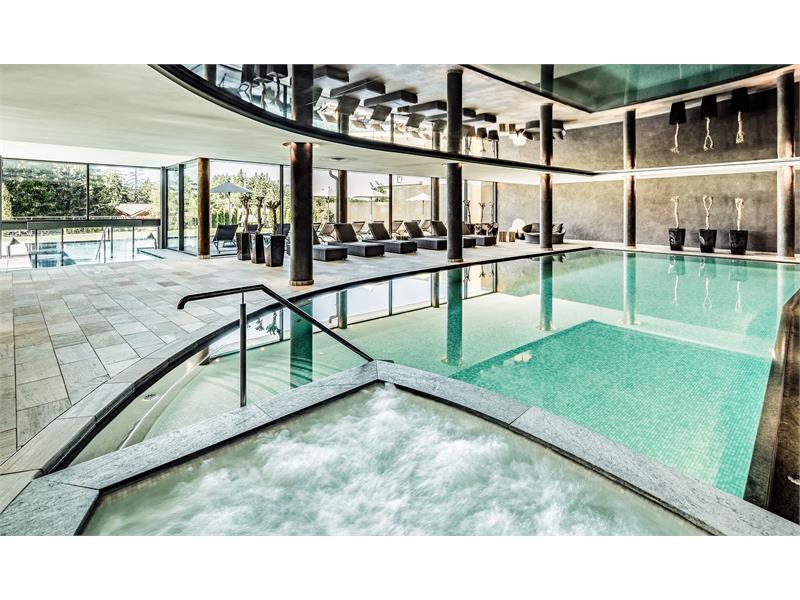 Großzügiger Wellness- und Spa-Bereich im Josef Mountain Resort, Hafling