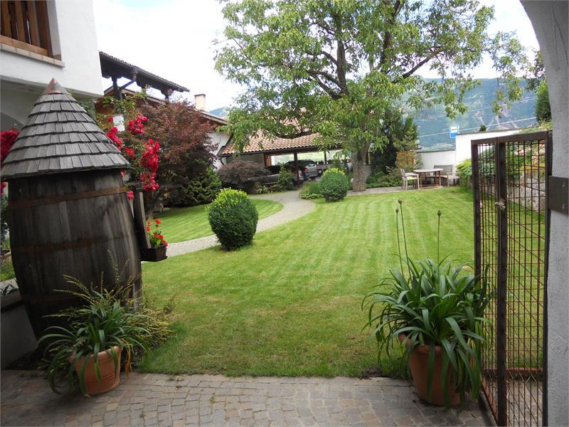 Innenhof-überdachter Parkplatz