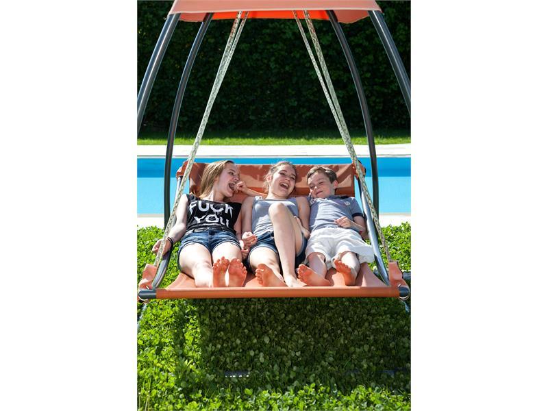 Kinder haben Spass in der Schaukel