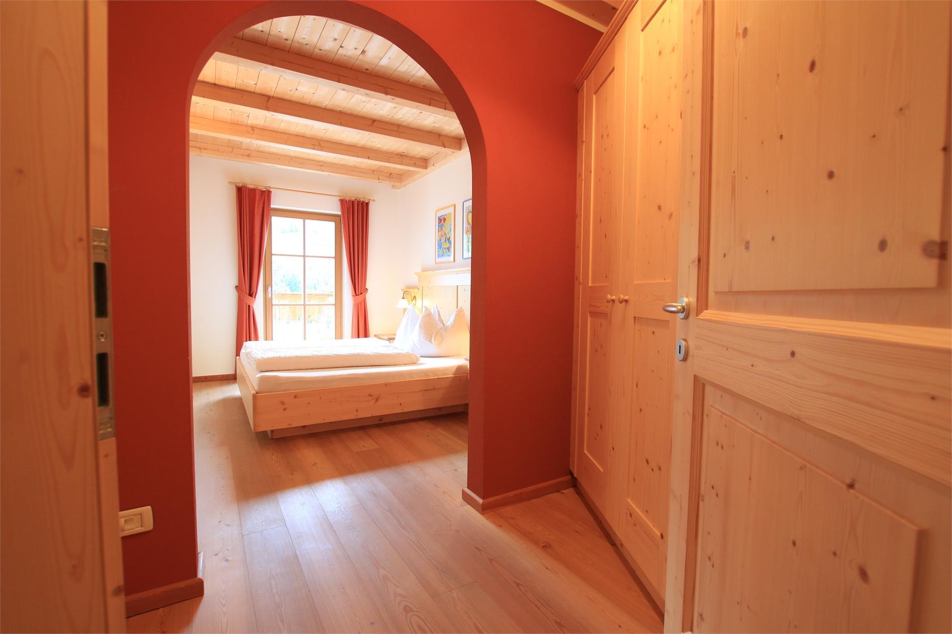 Schlafzimmer mit Massivholzmöbeln, Holzboden und Panoramablick