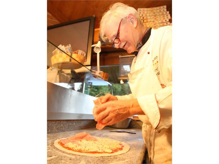 Karl Radmüller beim Pizza backen