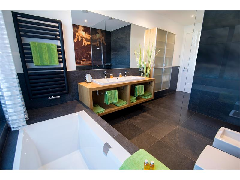 Beide Bäder verfügen über Doppelwaschbecken, Badewanne, separate Dusche, sowie Bidet und WC