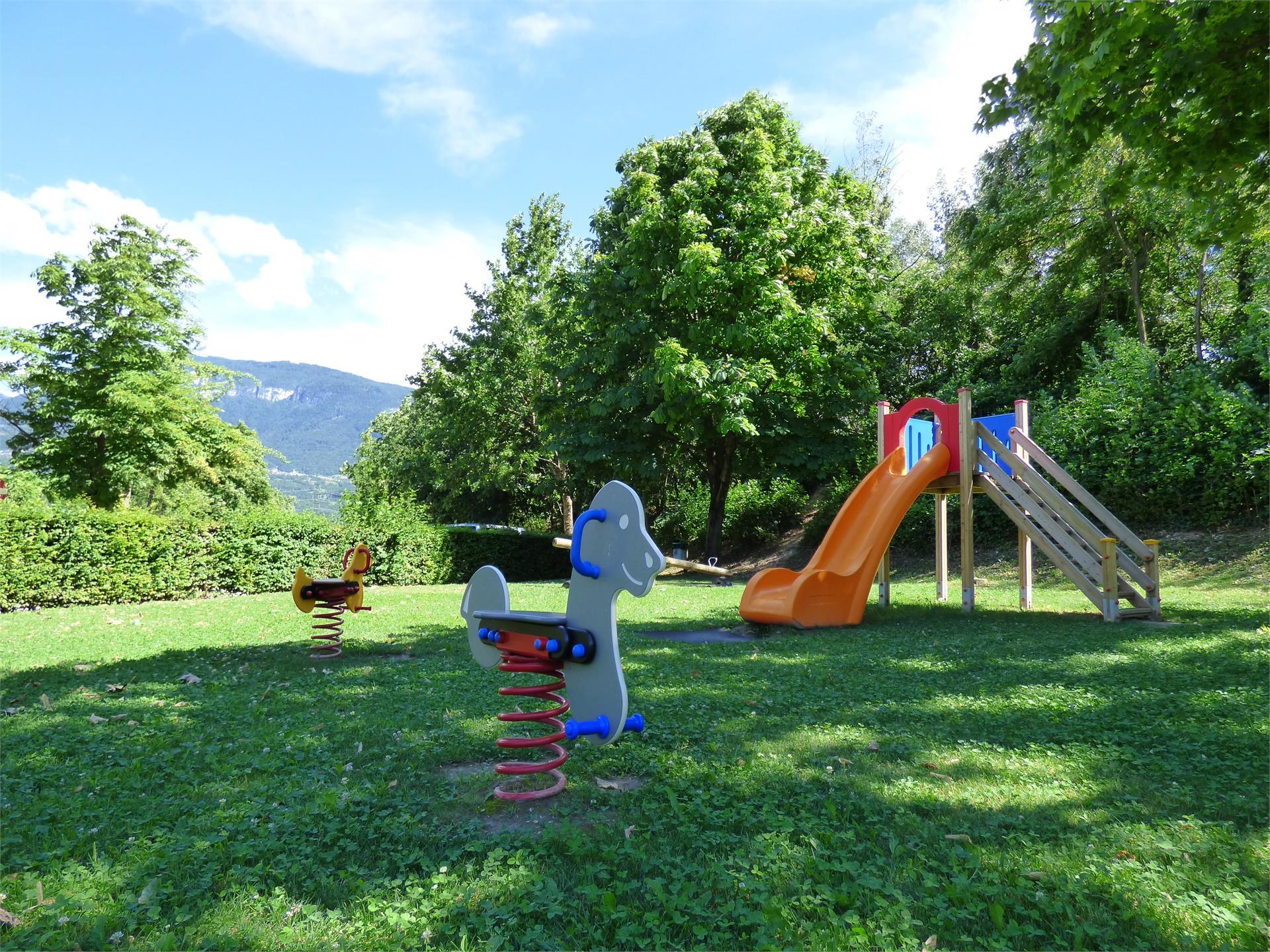 Kinderspielplatz neben dem Freibad Tramin