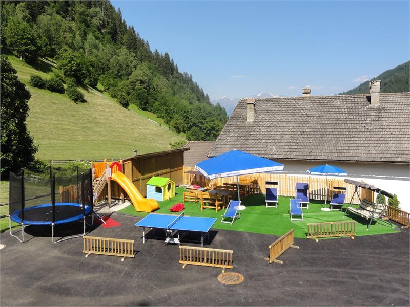 alcuni giochi al aperto: trampolino, cassetta di sabbia
