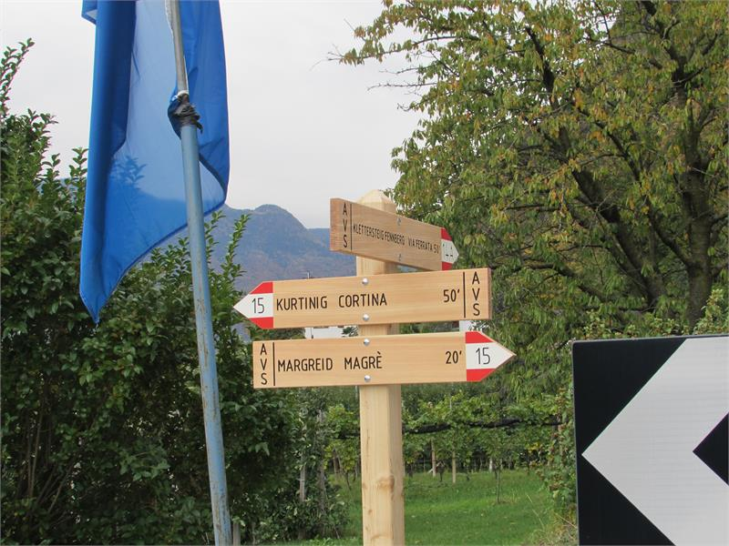 Schilder am Rand von Margreid: Wanderweg 15