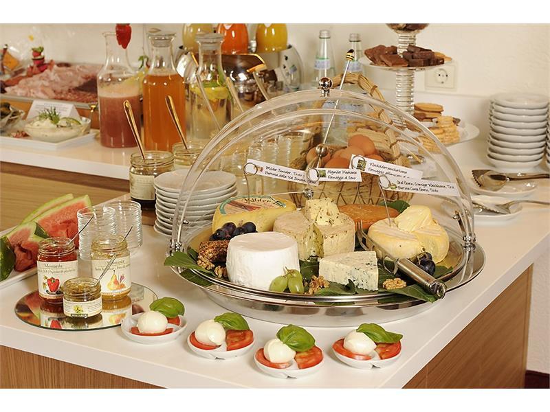 Frühstücksbuffet mit südtiroler und hausgemachten Spezialitäten