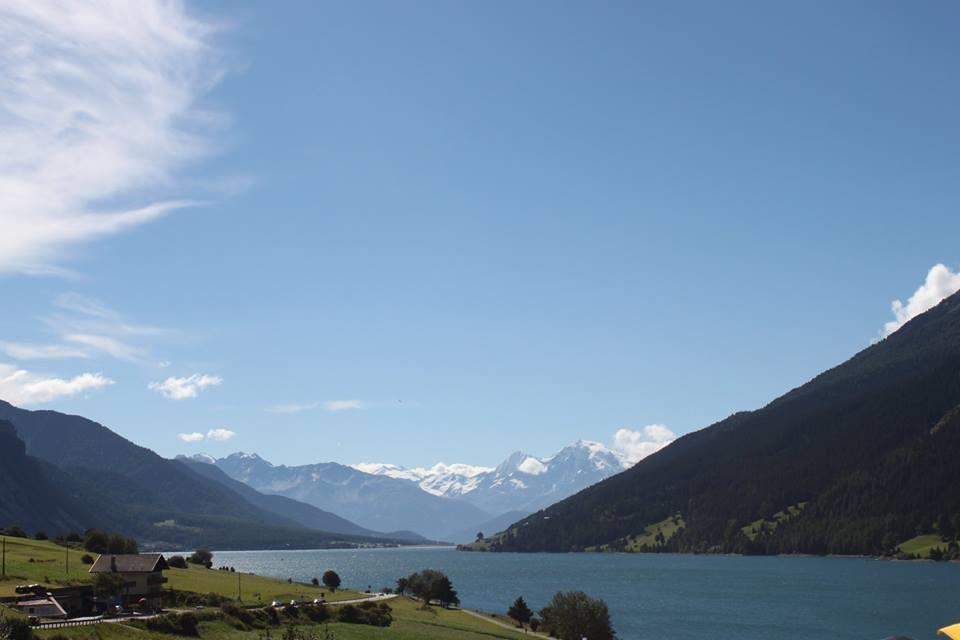 Herrlicher Ausblick auf Reschensee und Ortler von der Sonnenterrasse