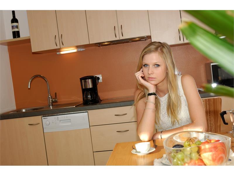 Aparthotel Viktoria Kastelruth Seiser Alm Dolomiten Wohnküche Apartment Superior
