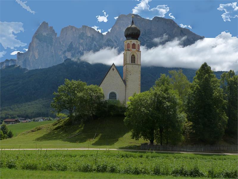 Only a few steps away: Church St Constantin, a wedding favorite - Hotel Appartements Perwanger