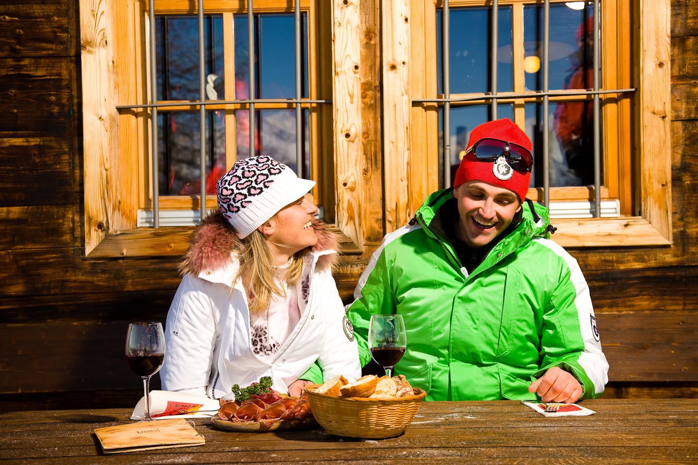Jause an einer Hütte am Roßkopf