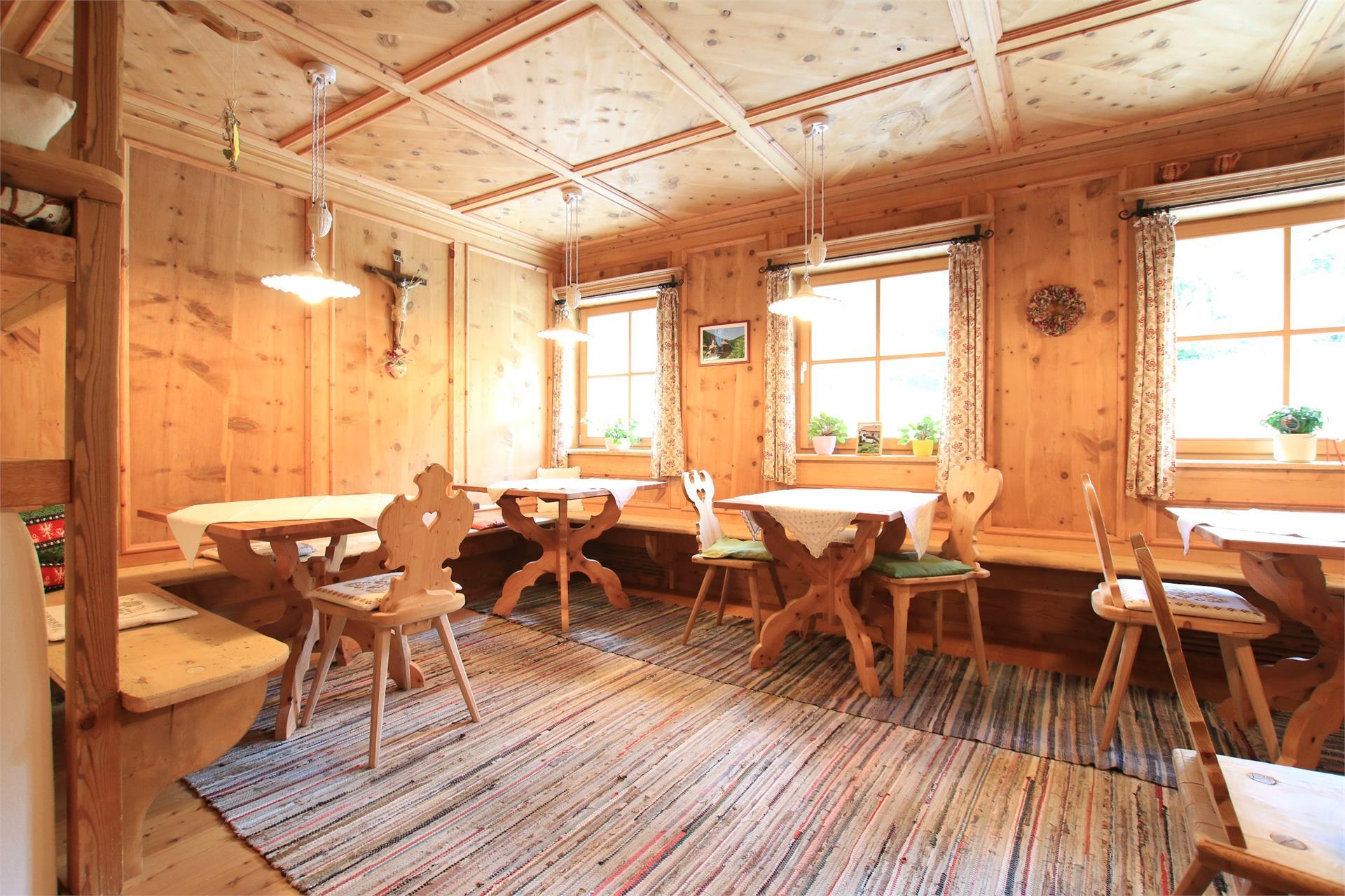Die Tiroler Stube mit Bibliothek dient als Aufenthalts- und Frühstücksraum