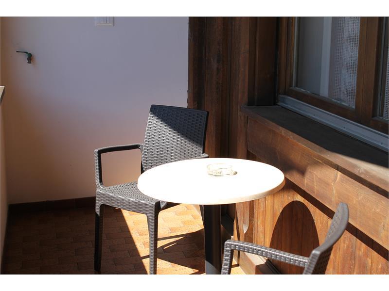 Balkon mit Tisch u Stühle
