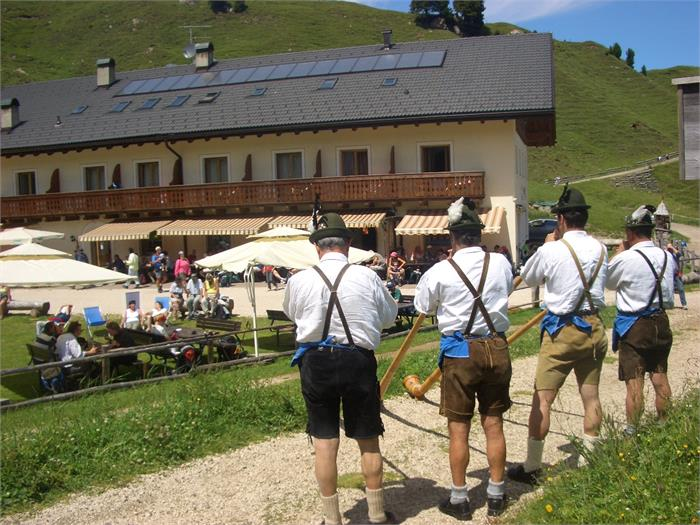 Alphorn players at the mountain hut Molignon