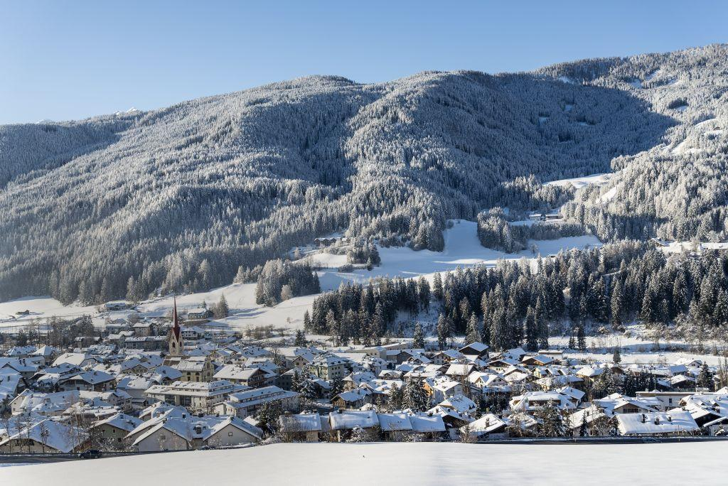 Winter hiking along Ried, Lettner, Waldbrunn and Gailerhof in Monguelfo
