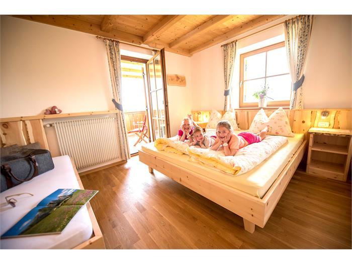 Camera da letto in legno naturale
