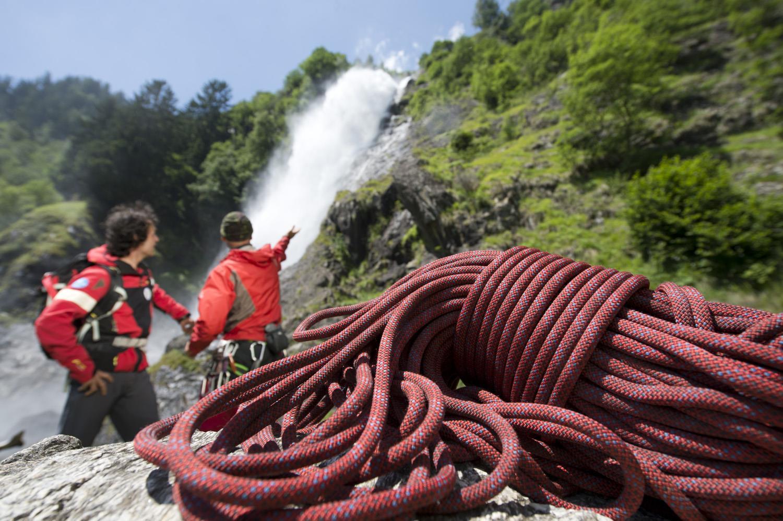 Discesa e arrampicata lungo la cascata di Parcines