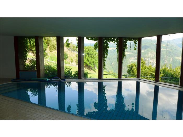La piccola piscina coperta - aperta durante i mesi caldi