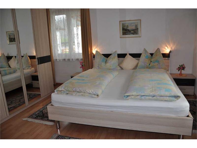 Haus Monika - Ferienwohnung Hochparterre - Schlafzimmer