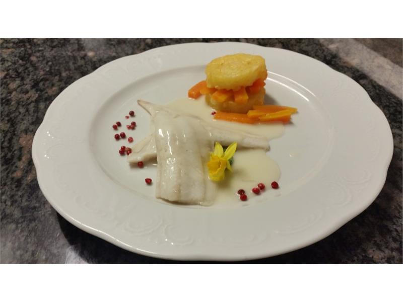 Filet von der Scholle an Limonencreme, Kartoffelröstinchen und sautiertes Karottengemüse