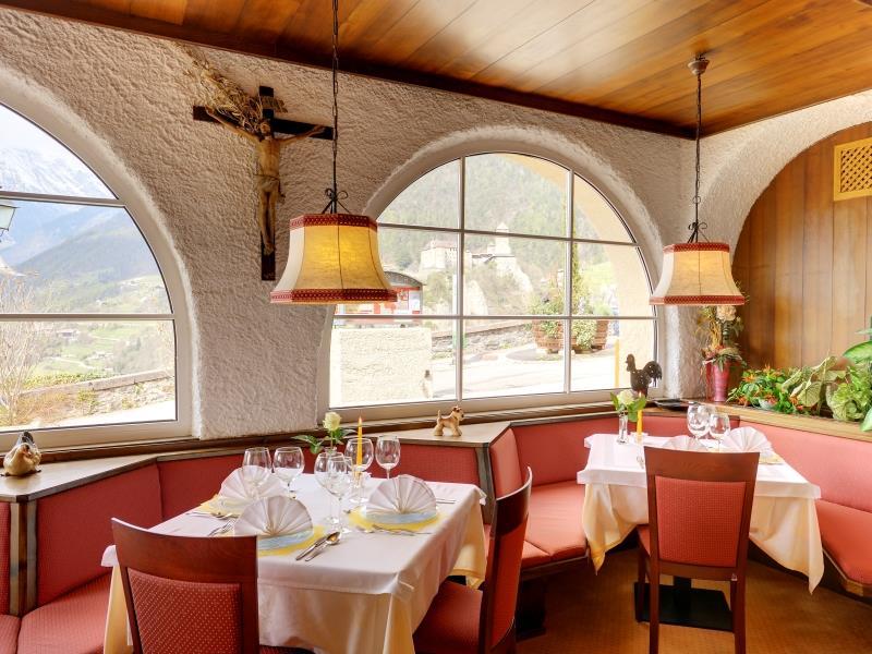 Speisesaal mit Blick auf Schloss Tirol