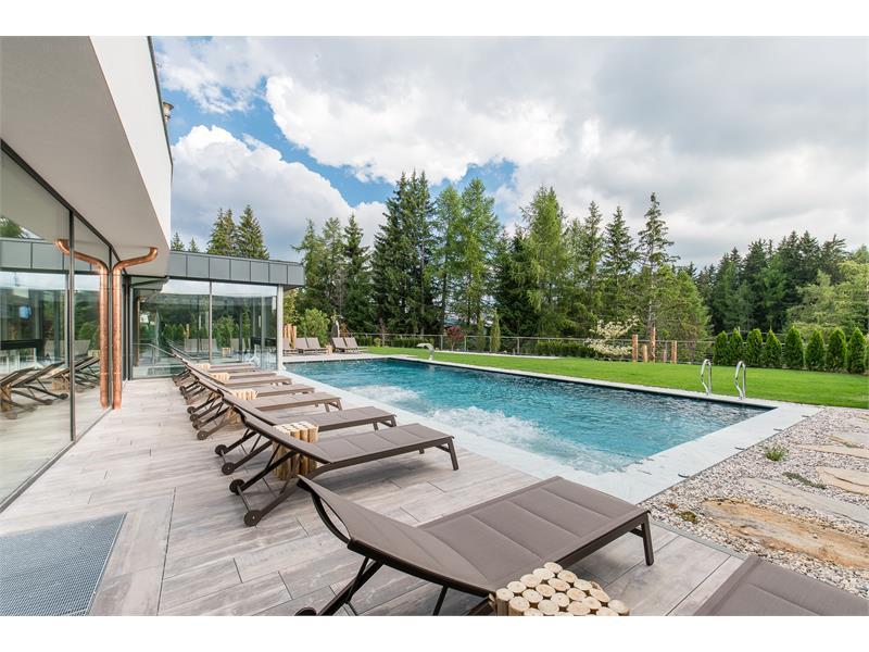 Beheizter Outdoor-Pool mit Whirl-Liegen