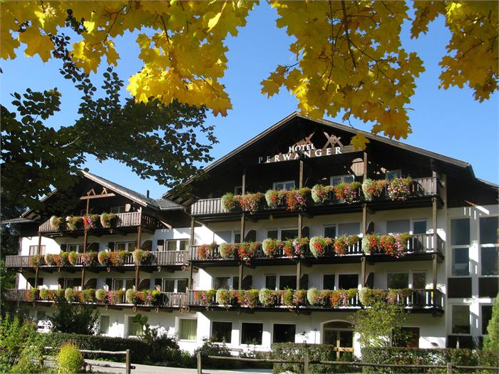 The hotel in golden autumn - Hotel Appartements Perwanger, Fié allo Sciliar