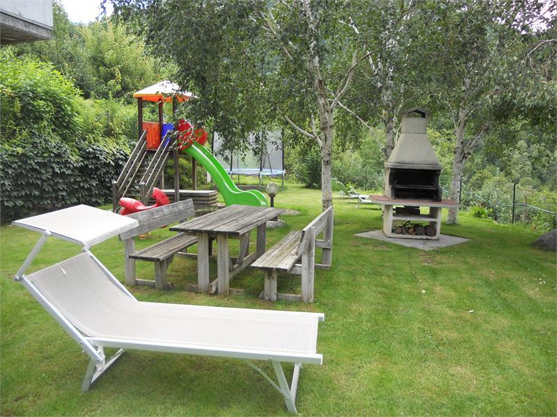 Liegewiese-Grillmöglichkeit und Spielplatz