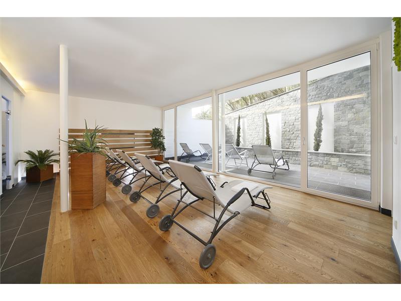 Saunabereich mit Sauna, Dampfbad und Ruheraum mit Innenhof im Freien