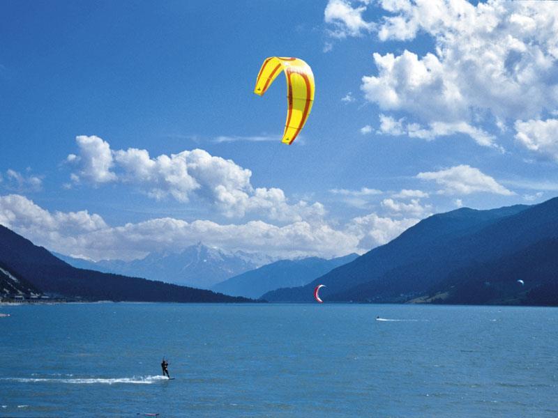 qKiter on the lake Reschensee