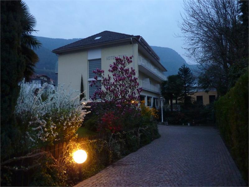 Hotel ZIMA abends