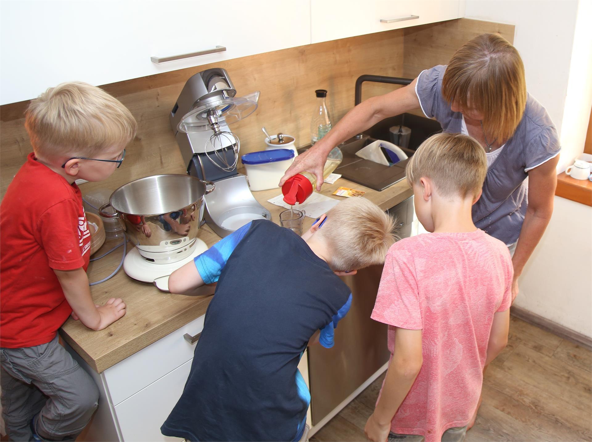 Mit den Kinder beim Kuchen backen
