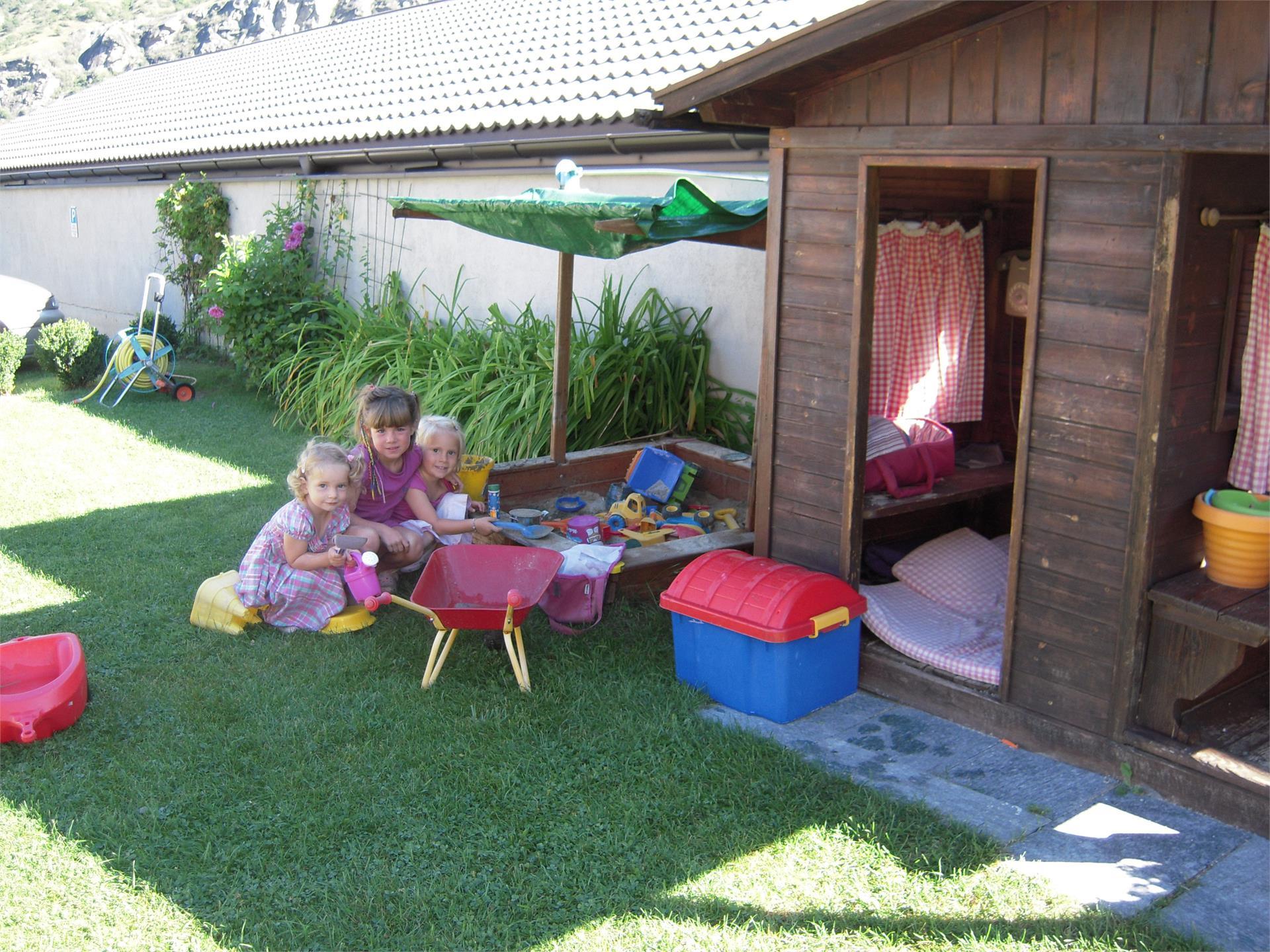unser Kinderspielhaus mit Sandkasten