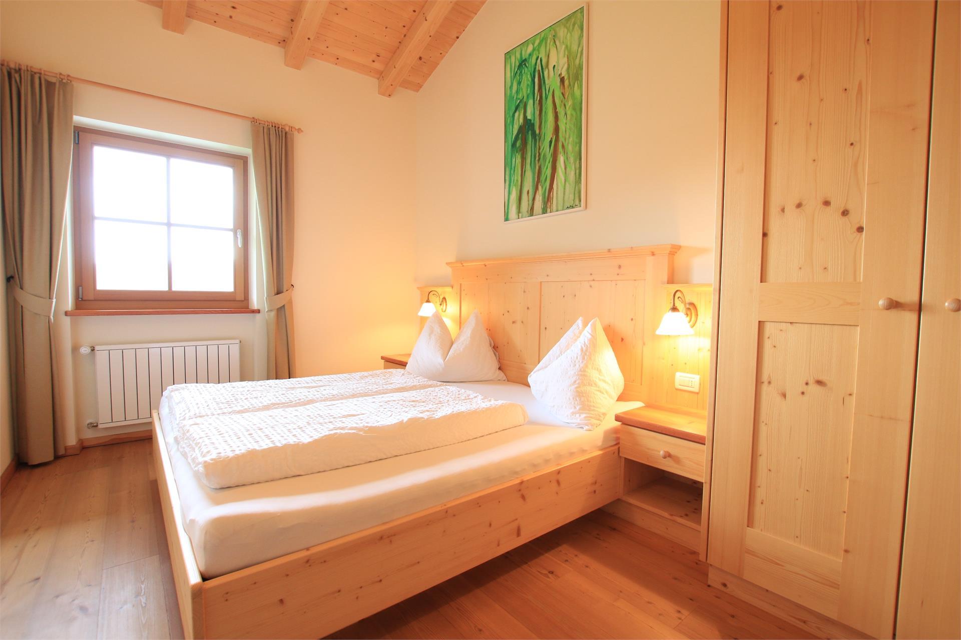 Ruhiges Schlafzimmer mit Massivholzmöbeln und Holzboden