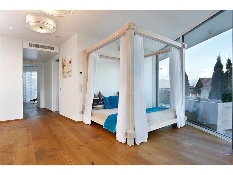Freistehendes Himmelbett in der Lounge. Luxus und Freiraum gibt es nur in Ferienhäuser